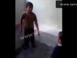 Kızlarına Filistinli çocuğu dövdürtüyorlar!