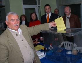 Seçimlerde ilk oylar kullanıldı