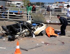 Otomobil korkuluğa saplandı: 2 ölü