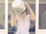 Daisy Lowe beyaz t-shirt ile meydan okumaya kalkınca