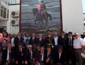 Cam mozaikten dev Atatürk posteri