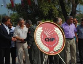 Atatürk Anıtına çelenk bıraktılar