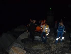 Kayalıklara düşen genç kurtarıldı