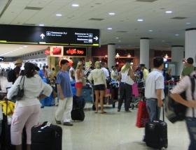 Havaalanında yolcu körüğü çöktü
