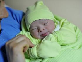 Yolda doğan bebeğin hayatını kurtardı