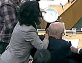 Canlı yayında Murdocha saldırı
