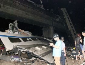 Hemzemin geçitte tren TIRa çarptı