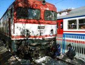 Yolcu treninin vagonu raydan çıktı