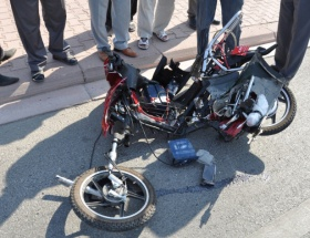 Elektrikli bisiklete otomobil çarptı: 2 ölü!