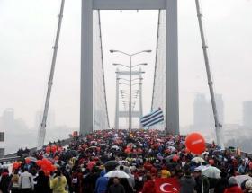 Halk köprüden böyle geçti