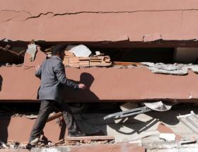 Depremde öğrenci yurdu yıkıldı