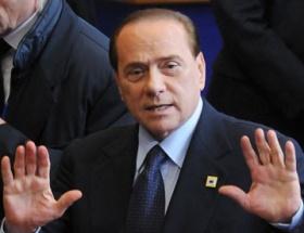 Berlusconi perde arkasında görev alacak