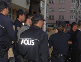 Hırsız arayan polisler çatıdan düştü