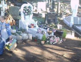 Mezarlıktan çiçek çalıyordu!