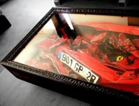 Oturma odasındaki Ferrari
