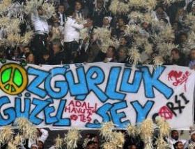 Beşiktaş taraftarından özgürlük mesajı