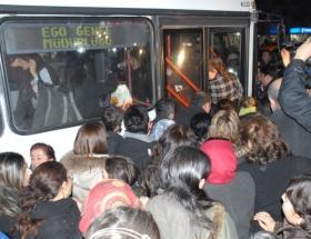Eylemci - vatandaş el ele ücretsiz otobüse