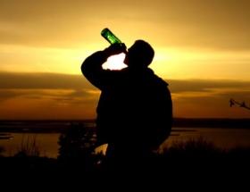 Alkol alırken gaspedildi