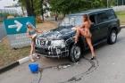 Bikinili güzeller araba yıkarsa...