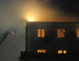 Beyoğlunda bir bina kül oldu