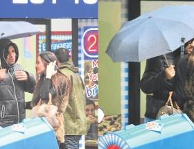 Yağmur altında romantik yürüyüş