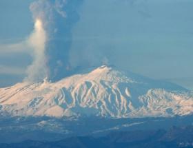 Etna burnundan soluyor