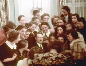 Adolf Hitler ve okullu kızları