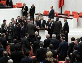 CHPli milletvekilleri kürsüyü işgal etti