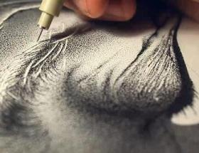 Noktalarla babasının portresini çizdi