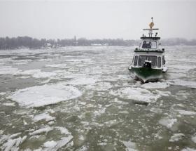 Eriyen buzlar tekne batırdı