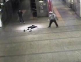 Metroda kadına dayak