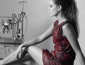 Kırmızı şaraptan elbise