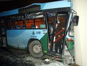 Halk otobüsü geçide çarptı: 19 yaralı