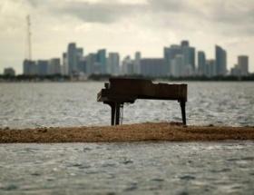 Deniz ortasında esrarengiz piyano