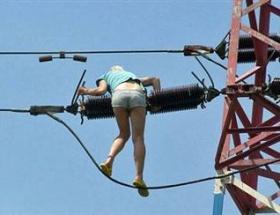 Elektrik direğini köprü sandı
