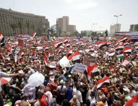 Tahrire kefenleriyle geldiler