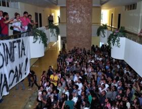Öğrenciler rektörlüğü işgal etti