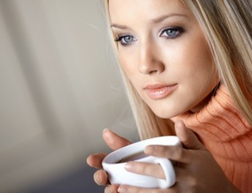 Kahve içen kadınlar dikkat