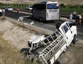 Ayaşta trafik kazası: 1 ölü, 11 yaralı