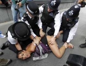 İngiliz polisinden FEMEN kızına aleni taciz