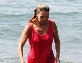 Elbiseyle denize girdi