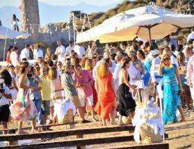 Yılın düğününde sosyete yalınayak