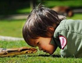 En genç yılan bakıcısı