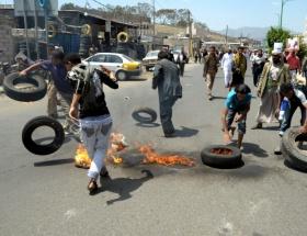 Protestocular Yemen Büyükelçiliğini bastı