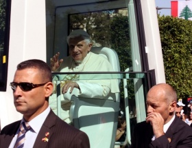 Papa komplo kurbanı mı?