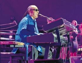 Stevie Wonder sahnede geğirdi