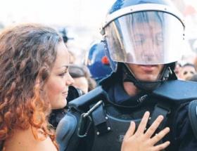 En romantik polis barikatı