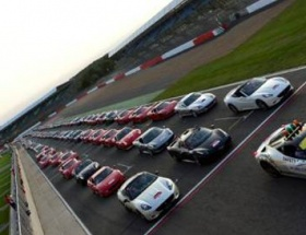 Rekor kıran Ferrari geçit töreni