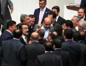 Mecliste yumruklar sıkıldı