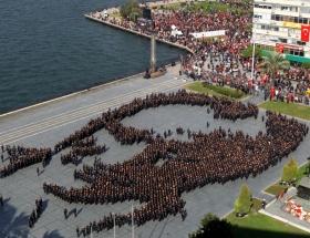 İzmirde 2 bin 400 kişiden Atatürk portresi